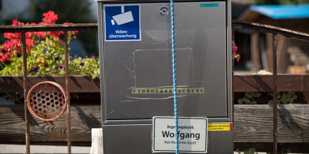 """""""Abfall"""", """"Videoüberwachung"""" und """"Regierungsbezirk Wolfgang - Mein Wort ist hier Gesetz"""" ist auf dem Briefkasten am Anwesen des Angehörigen der """"Reichsbürger""""-Bewegung Wolfgang P. am 15. August.2017 in Georgensgmünd (Bayern) zu lesen."""