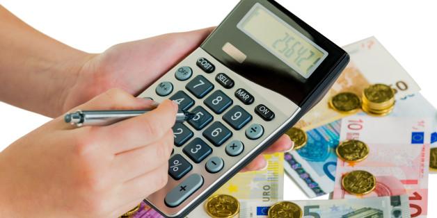 (GERMANY OUT) Hand mit Taschenrechner und Geldscheinen. Symbolfoto für Umsatz, Gewinn, Steuern und Kalkulation  (Photo by Wodicka/ullstein bild via Getty Images)
