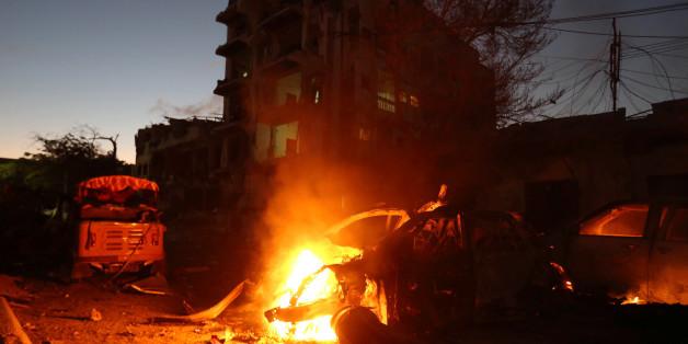 Ein brennendes Auto nach einem Terroranschlag in Somalia