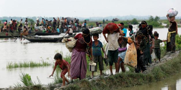 Des réfugiés rohingyas traversant la frontière entre la Birmanie et le Bangladesh, mercredi 6 septembre 2017.