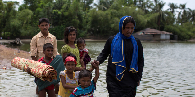 DAKHINPARA, BANGLADESH - SEPTEMBER 08:  Rohingya Muslim refugees wade through water after arriving by boat from Myanmar on September 08, 2017 in Whaikhyang Bangladesh. Thousands of Rohingya continue to cross the border after violence erupted in Myanmar's Rakhine state when the country's security forces allegedly launched an operation against the Rohingya Muslim community.  (Photo by Dan Kitwood/Getty Images)