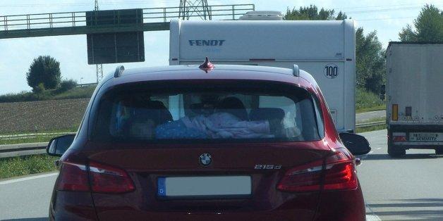 Autofahrer fährt hinter BMW - dann entdeckt er etwas Schreckliches auf der Rückbank