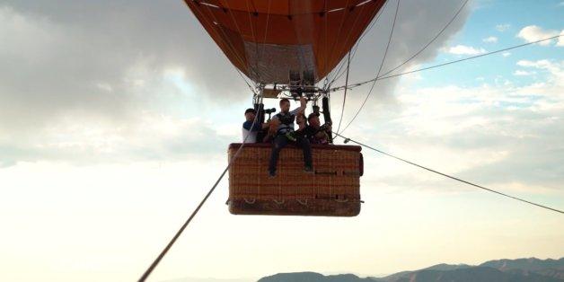 """""""Duell um die Welt"""": Klaas muss auf 1000 Meter Höhe aus einem Ballon springen - dann geht offenbar etwas schief"""