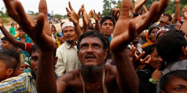Des réfugiés rohingyas attendent l'aide distribuée par des organisation locales au Bangladesh, 9 septembre 2017.