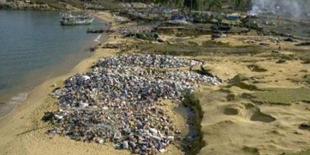 Les tonnes de vetements envoyes en dons a l'Indonesie apres le tsunami de 2004.