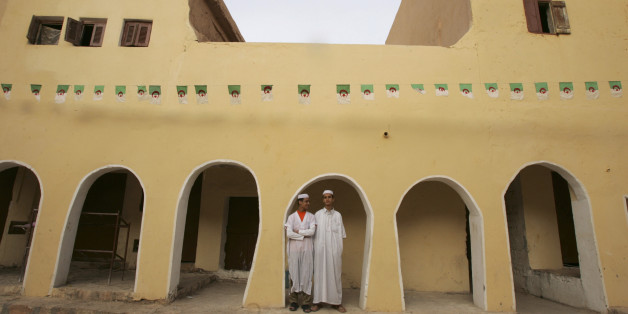 Mzabi men stand under an arcade in Atteuf village in the eastern city of Ghardaia, 600 km (373 miles) from Algiers, in this November 7, 2006 picture. Ghardaia is the heart of the Mezab valley which is the home of the Ibadi Muslim sect in Algeria. The Mezab valley is part of an official World Heritage Site. REUTERS/Zohra Bensemra  (Algeria)