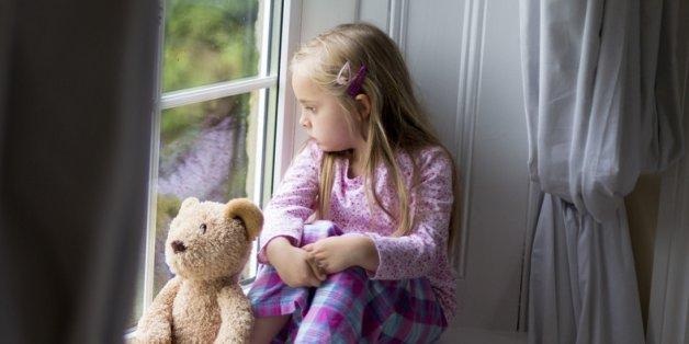 Die Symptome von Kinderdemenz zeigen sich meist, wenn das Kind in die Schule kommt.