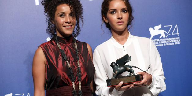 """Sofia Djama et Lyna Khoudri posent pour le prix Orizzonti pour le prix de la """"Meilleure actrice"""" dans son rôle dans """"les Bienheureux."""""""