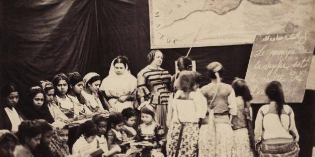 Durant la colonisation française, une classe d'école pour filles de Madame Luce à Alger. Ca. 1865. (Photo by adoc-photos/Corbis via Getty Images)
