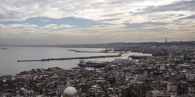Une vue sur le port d'Alger et la Casbah, photo d'archive