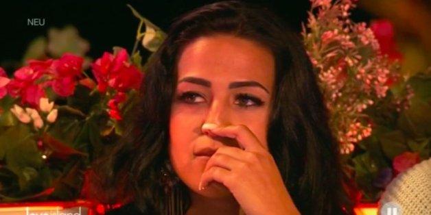 Elena bricht in Tränen aus