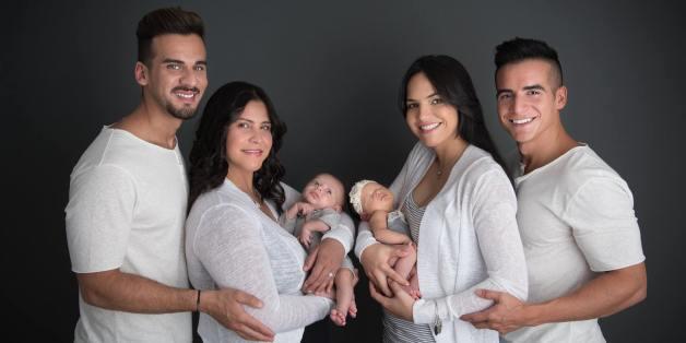 Mariley Martinez, links, mit ihrem Sohn Matteo, der Vater ist ihr Freund Juny Roman, Carla Melendez, rechts mir ihrer Tochter Marla - ihr Vater ist Alex Torres. Er ist mit Roman verheiratet.