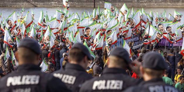 Das Farben-Wirrwar der PKK: Wie die deutschen Behörden Erdogan in die Hände spielen