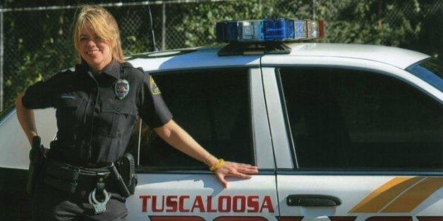 Stephanie Hicks in Uniform der Tascaloosa Polizei.