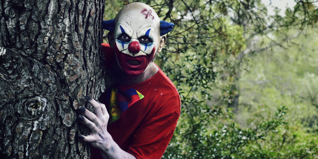 Ein Vater jagt seine Tochter mit Clownsmaske durch die Gegend - Symbolbild