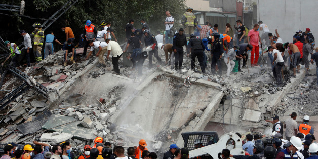 Soldiers, rescuers and people work at a collapsed building after an earthquake in Mexico City, Mexico September 19, 2017. REUTERS/Ginnette Riquelme