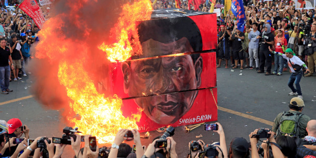 Protesters burn a cube effigy with a face of President Rodrigo Duterte during a National Day of Protest outside the presidential palace in metro Manila, Philippines September 21, 2017. REUTERS/Romeo Ranoco     TPX IMAGES OF THE DAY