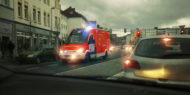 Ein Auto fährt eine junge Frau an - sofort eilt ihr ein Mann zur Hilfe.