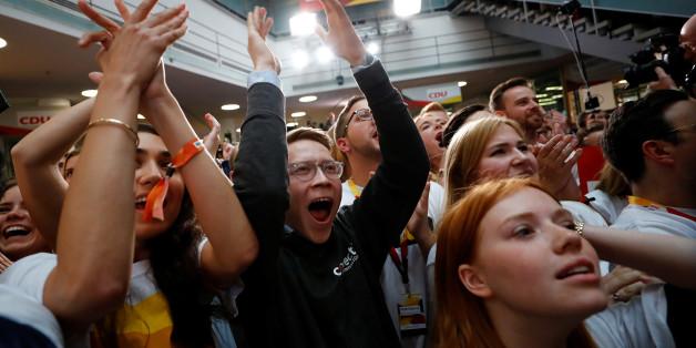 Die Union von Kanzlerin Angela Merkel hat die Bundestagswahl nach einer ersten Hochrechnung des ZDF trotz deutlicher Verluste gewonnen, die SPD stürzt auf ein historisches Tief.