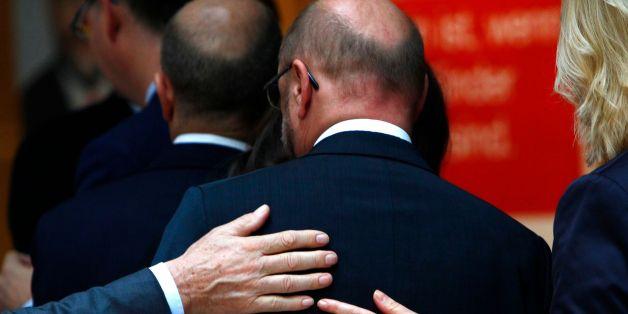 Kollegen legen SPD-Chef Martin Schulz die Hand auf den Rücken