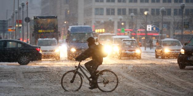 Fahrradfahrer überquert in Berlin die Straße