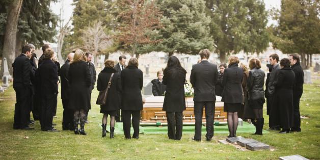 Eine Frau geht seit 14 Jahren auf fremde Beerdigungen - ihr Grund ist verstörend.
