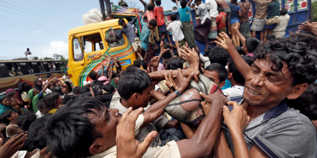 Rohingya refugees scuffle as aid is distributed in Cox's Bazar, Bangladesh, September 23, 2017. REUTERS/Cathal McNaughton     TPX IMAGES OF THE DAY