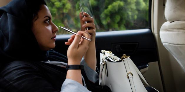 Une Saoudienne dans un taxi a Jeddah, Arabie Saoudite. 6 Aout 2017. Photographer: Tasneem Alsultan/Bloomberg via Getty Images