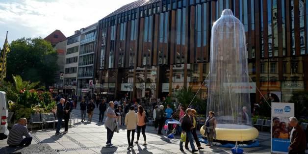 Aktionstag in München mit Riesenkondom
