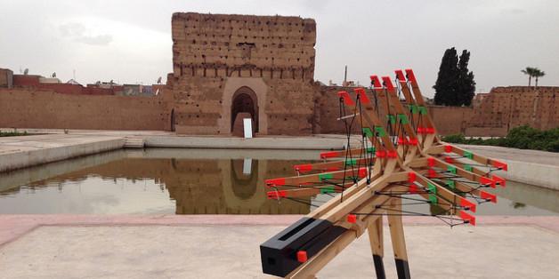 Une sculpture de l'artiste Max Boufathal au Palais El Badi de Marrakech pendant la 5e Biennale, en 2014
