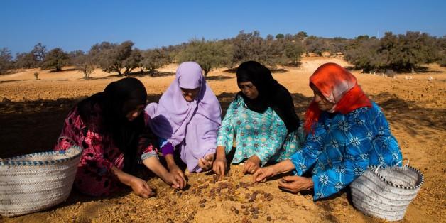 """Pour le programme """"Argan durable"""", la Fondation dit soutenir des femmes de six coopératives d'argan, dans le sud-ouest marocain, à produire l'huile qui leur est racheté pour entrer dans la composition des produits cosmétiques."""