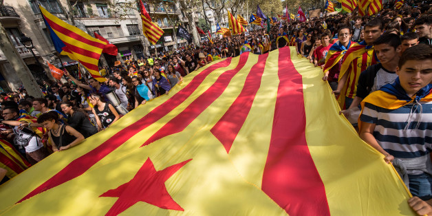 BARCELONA, SPAIN - SEPTEMBER 28:  Students carry a big Catalan Pro-Independence flag as they demonstrate against the position of the Spanish government to ban the Self-determination referendum of Catalonia during a university students strike on September 28, 2017 in Barcelona, Spain. The Catalan goverment is keeping with its plan to hold a referendum, due to take place on Octorber 1, which has been deemed illegal by the Spanish government in Madrid.  (Photo by David Ramos/Getty Images)