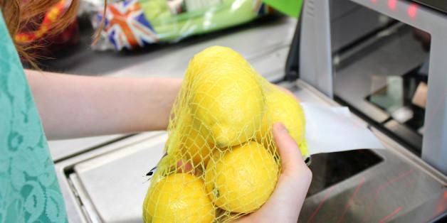 Halbblinde 83-Jährige vergisst, Zitrone zu bezahlen - dann greift Edeka knallhart durch