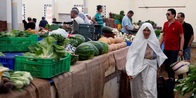 A women  buys vegetables the first day of the holy fasting month of Ramadan at a market in Tunis, Tunisia, May 27, 2017. REUTERS/Zoubeir Souissi