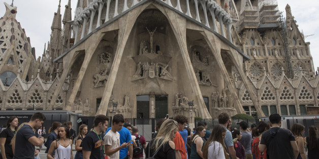 BARCELONA, SPAIN - OCTOBER 03:  Tourists walk past the Basilica i Temple Expiatori de la Sagrada Familia, which has been closed during a regional general strike to protest against the violence that marred Sunday's referendum vote on October 3, 2017 in Barcelona, Spain. According to the Catalonia's government more than two million people voted on Sunday in the referendum of Catalonia, which the Government in Madrid had declared illegal and undemocratic. Officials said that 90% of votes cast were for independence. The Catalan goverment's spokesman said that an estimated of 770,000 votes were lost as a result of 400 polling stations being raided by Spanish police. Hundreds of citizens were injured during the police crackdown.  (Photo by Dan Kitwood/Getty Images)