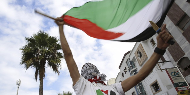 Pro-Palestinian protester holds Palestinian flag and dummy knife during a demonstration organized by Al Adl wal Ihsane, a Moroccan Islamist association, in solidarity with the Palestinian people, in Casablanca, Morocco October 25, 2015. REUTERS/Youssef Boudlal