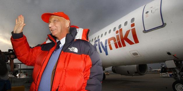Niki Lauda vor einem Flugzeug seiner Fluggesellschaft