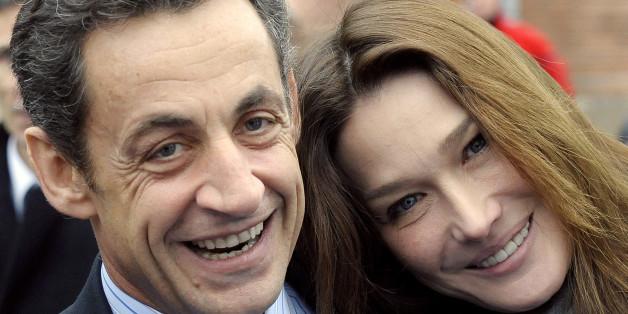France's President Nicolas Sarkozy (L) and his wife Carla Bruni-Sarkozy pose before a visit a hospital in Creteil near Paris December 22, 2009.  REUTERS/Gerard Cerles/Pool   (FRANCE - Tags: POLITICS HEALTH)