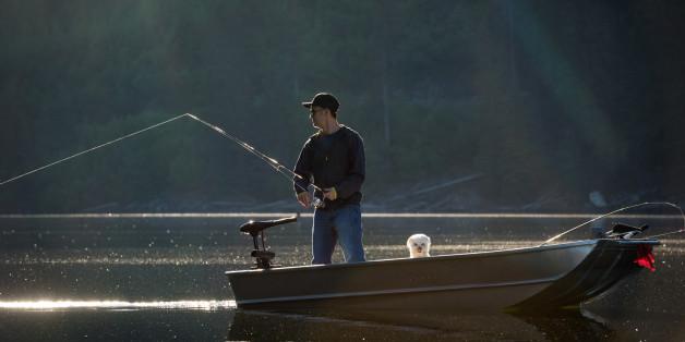 Ein Angler will nur den Fisch aus dem Wasser ziehen - Sekunden später ringt er um sein Leben.