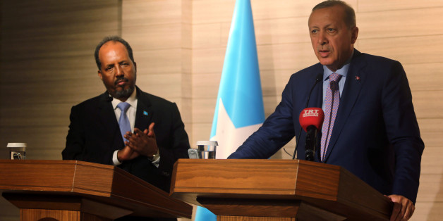 Turkish President Tayyip Erdogan (R) and Somalia's President Hassan Sheikh Mohamud (L) address a news conference during the opening ceremony of the new Turkish embassy in Abdiazizi district of Somalia's capital Mogadishu, June 3, 2016. REUTERS/Feisal Omar