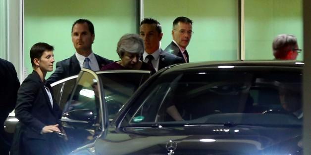 Die britische Premierministerin steht mit dem Rücken zur Wand - und bittet nun die EU um Hilfe