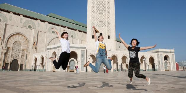 Des touristes chinoises devant la mosquée Hassan II de Casablanca, 6 octobre 2016.