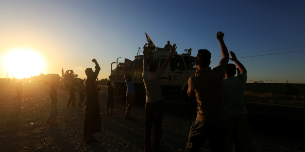 People gather on the road as they welcome Iraqi security forces members who continue to advance in military vehicles in Kirkuk, Iraq October 17, 2017. REUTERS/Alaa Al-Marjani