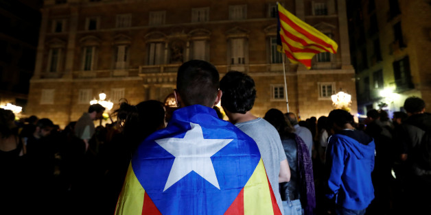 A man wears an Estelada, Catalan separatist flag, as protesters gathered outside the regional government headquarters after Spain's High Court jailed the leaders of two of the largest separatist organizations, the Catalan National Assembly's Jordi Sanchez and Omnium's Jordi Cuixart,  in Barcelona, Spain, October 16, 2017. REUTERS/Gonzalo Fuentes