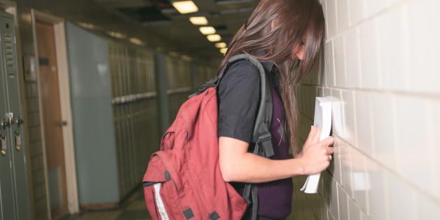 Lehrer schmeißt Neuntklässlerin raus - als er den Grund für ihr Verhalten erfährt, bereut er das zutiefst