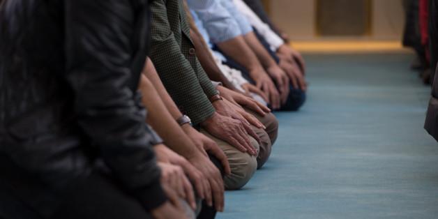 Moslems beim Mittagsgebet am Tag der offenen Moschee (Symbolbild)