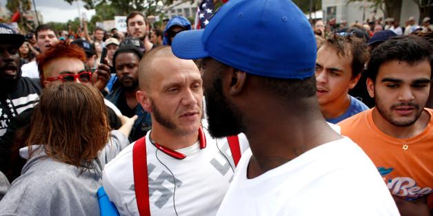 Ein Schwarzer tritt einem Neonazi in den Weg - danach bricht Jubel aus