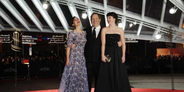 Harvey Weinstein entouré des actrices Valeria Bilello (à gauche) et Alexandra Roach (à droite) pendant la 13e édition du Festival international du film de Marrakech, le 6 décembre 2013.