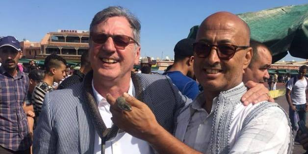 L'acteur français Daniel Auteuil en compagnie de son guide sur la place Jemma El Fna à Marrakech, 22 octobre 2017.