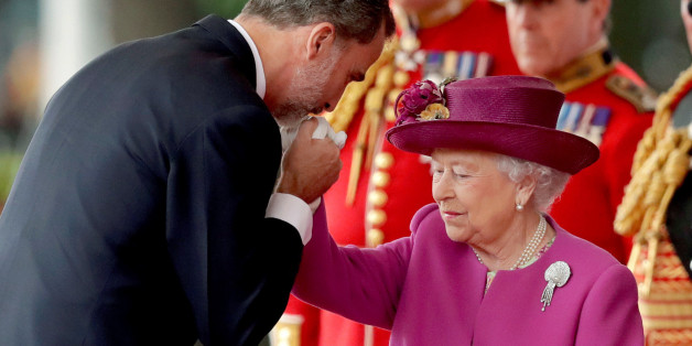 Spain's King Felipe is greeted by Britain's Queen Elizabeth during a ceremonial welcome on Horse Guards Parade, in central London, Britain July 12, 2017. Spain's King Felipe and Queen Letizia  are on a state visit to Britain.  REUTERS/Matt Dunham/Pool